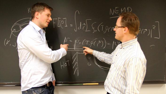 Øivind Wilhemsen og Titus van Erp har vært sentrale i å utvikle en ny metode for å finne ut hvordan nanopartikler med ulike former transporterer varme og masse.  (Foto: Per Henning/NTNU)