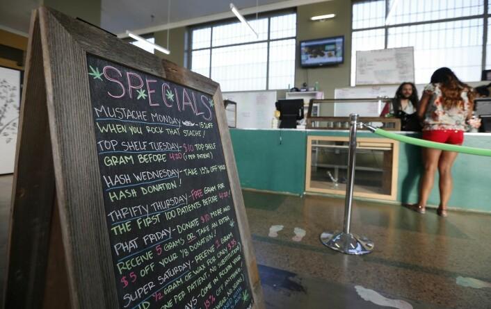 Bildet er fra La Brea Collective medical marijuana dispensary i Los Angeles, California. Utsalget er én av over 100 butikker og kafeer som får lov til å selge medisinsk marihuana over disk.  (Foto: REUTERS/Lucy Nicholson)