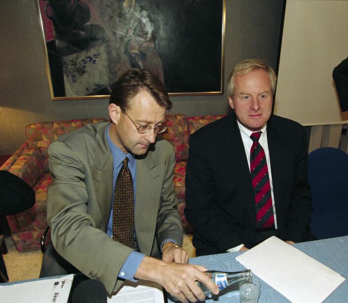 1. oktober 1996 overtok selskapet Resource Group International (RGI) med Kjell Inge Røkke og Bjørn Rune Gjelsten styringen av Aker, etter å ha kjøpt seg kraftig opp i selskapet. På bildet er avtroppende konsernsjef Tom Ruud (til høyre) sammen med påtroppende styreformann i Aker RGI AS, Bjørn Rune Gjelsten, under presentasjonen av fusjonen. (Foto: Scanpix, Lise Åserud)