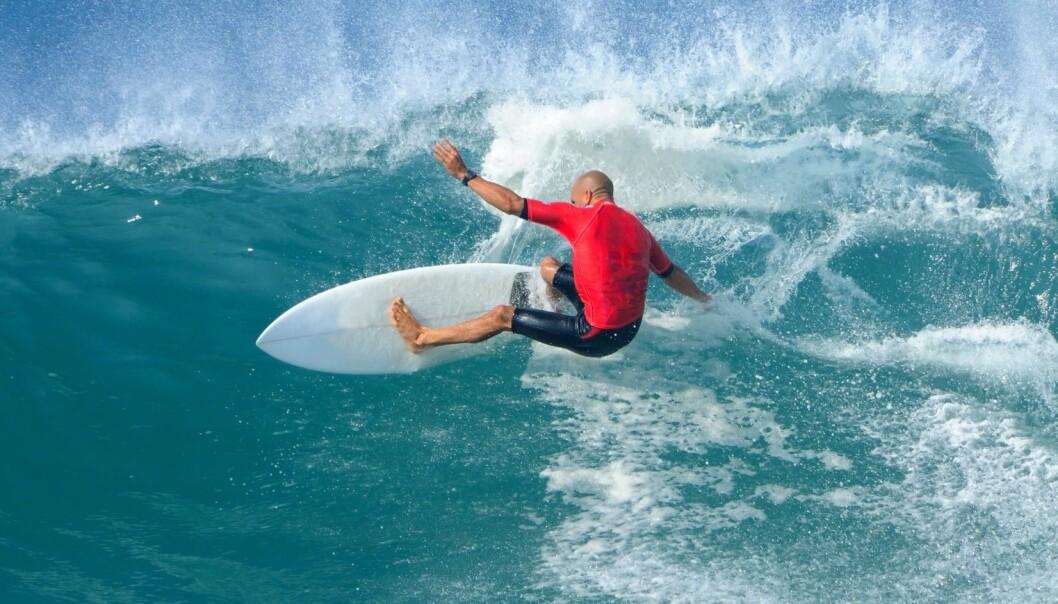 Å stjele en bølge blir nesten sett på som en kardinalsynd i surfing. - Men gutter mener at om det er ei jente du stjeler fra, så er det ikke så farlig, sier forsker Langseth.  (Foto: Microstock)