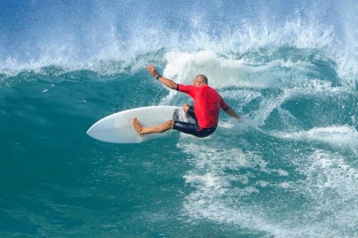 Å stjele en bølge blir nesten sett på som en kardinalsynd i surfing. - Men gutter mener at om det er ei jente du stjeler fra, så er det ikke så farlig, sier forsker Tommy Langseth.  (Foto: Microstock)