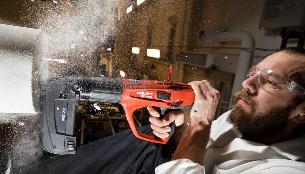 For å feste spikeren i bergprøven brukes en spikerpistol som er drevet av krutt. Målet er å utvikle et verktøy som kan gjøre jobben systematisk og langs hele brønnveggen. Den kan være flere kilometer lang. (Foto: Thor Nielsen, Sintef)