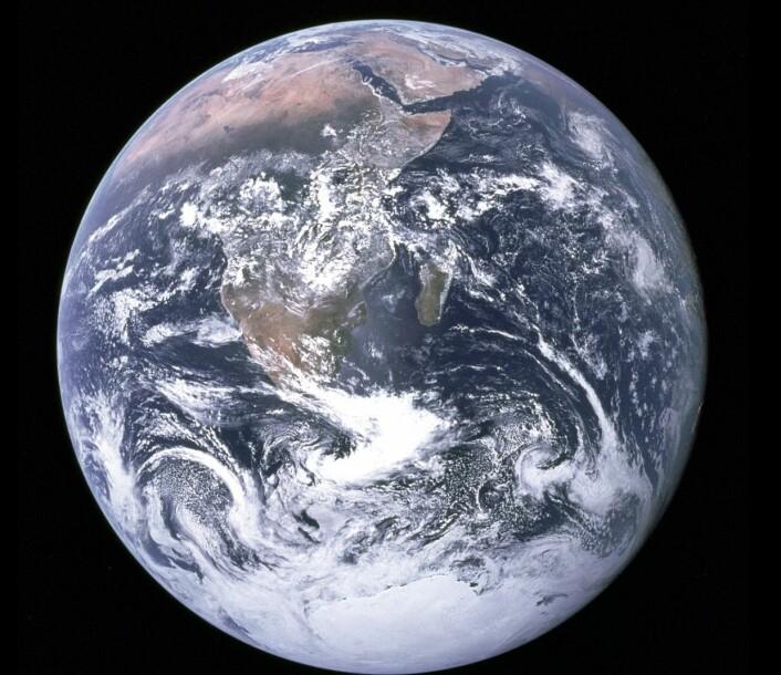 """Det berømte """"Blue Marble"""" bildet som astronautene på Apollo 17 tok underveis til Månen i 1972. Dette bildet ble tatt i en avstand på """"bare"""" 45 000 km, mens DSCOVR vil ta bilder av Jorda fra en posisjon ca 30 ganger lenger borte. (Bilde: NASA/Apollo 17 Crew)."""