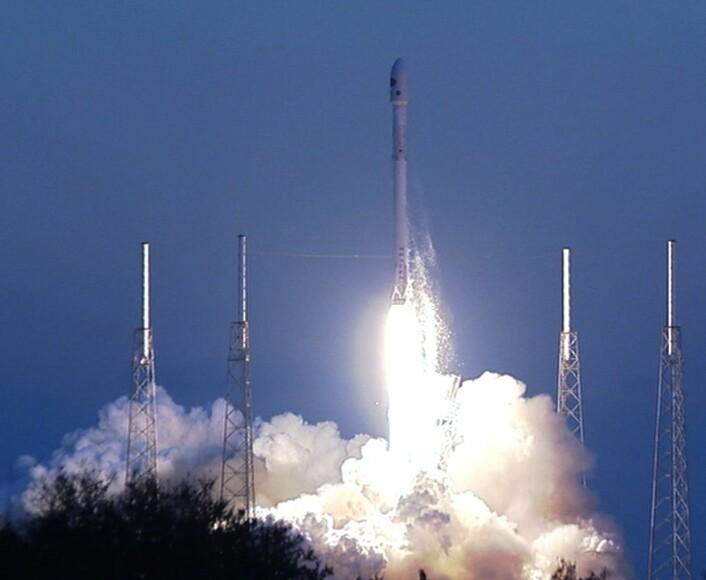 Gammel satellitt på ny bærerakett: En Falcon-9 rakett fra Space-X sender DSCOVR-satellitten ut i rommet. (Bilde: NASA)