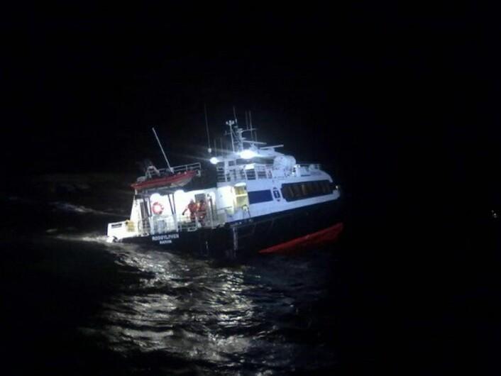Hurtigbåten «Rødøyløven» gikk i 2011 på et skjær knapt en kilometer fra fergeleiet på Rødøya i Nordland. (Hendelsen har ikke nødvendigvis sammenheng med temaet i denne artikkelen.) (Foto: Redningsselskapet)