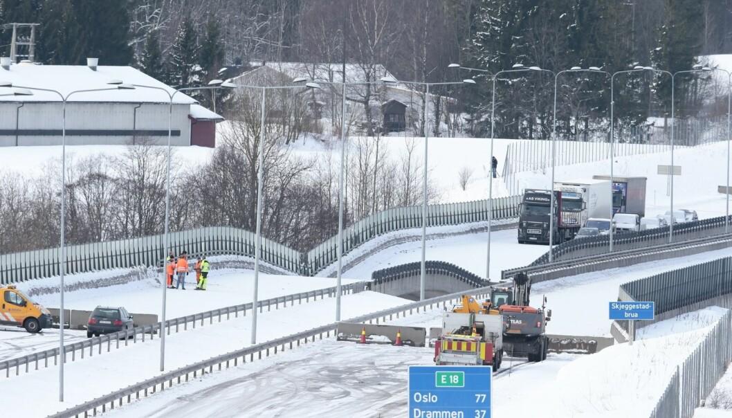Mandag 2. februar kollapset Skjeggestad bru på E18 ved Holmestrand. Det spekuleres i om graving i området under brua kan ha utløst kvikkleireskred.  (Foto: Håkon Mosvold Larsen, NTB Scanpix)
