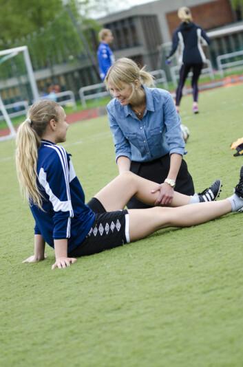 Fysioterapeut og tidligere stipendiat Agnethe Nilstad undersøker en fotballspiller.  (Foto: Andreas B. Johansen, NiH)