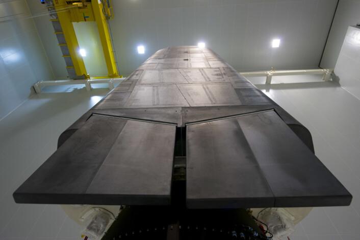 Nesen, undersiden og styringsfinnene på det europeiske romfartøyet IXV beskyttes av plater med spesiallaget karbonfiber.  (Foto: ESA/M. Pedoussaut)