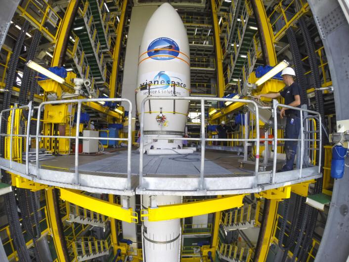 Romflyet IXV trygt på plass inne i toppen på en Vega-bærerakett, klar for den aller første turen med IXV 11. februar 2015. (Foto: ESA/M. Pedoussaut)