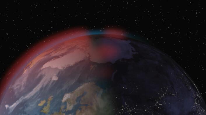 Elektronskyene dannes når sola lyser på de øvre lagene av atmosfæren på dagsiden av jorda. Den elektrisk ladede solvinden presser magnetfeltlinjene til jorda over mot nattsida, og elektronskyene (røde på illustrasjonen) følger med magnetlinjene. (Foto: (Bilde: Arnfinn Christensen, forskning.no))
