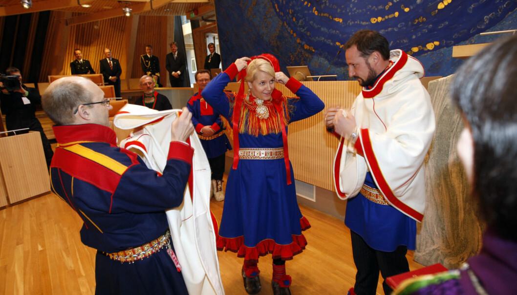 Det norske sametinget har en sterkere posisjon enn det svenske. Her fra kronprins Haakon og kronprinsesse Mette-Marits besøk i 2009. Der daværende sametingspresident Egil Olli viste rundt. (Foto: Lise Åserud, NTB scanpix)