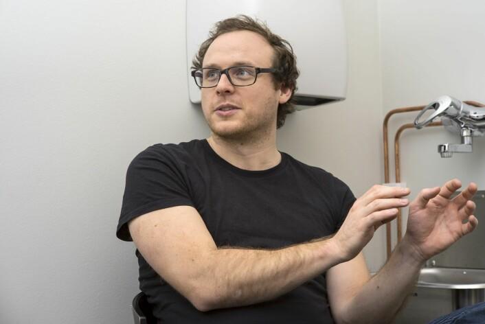 Stipendiat Daniel Hammarström hviler ut etter en stri økt på laben.  (Foto: Lars Teppan Johansen)