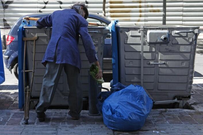 En mann leter etter mat i søppelkontainere i Aten, juni 2012. Bare noen uker senere velger 77 år gamle Dimitris Christoulas å ta sitt eget liv, for å unngå en slik situasjon.  (Foto: Reuters)