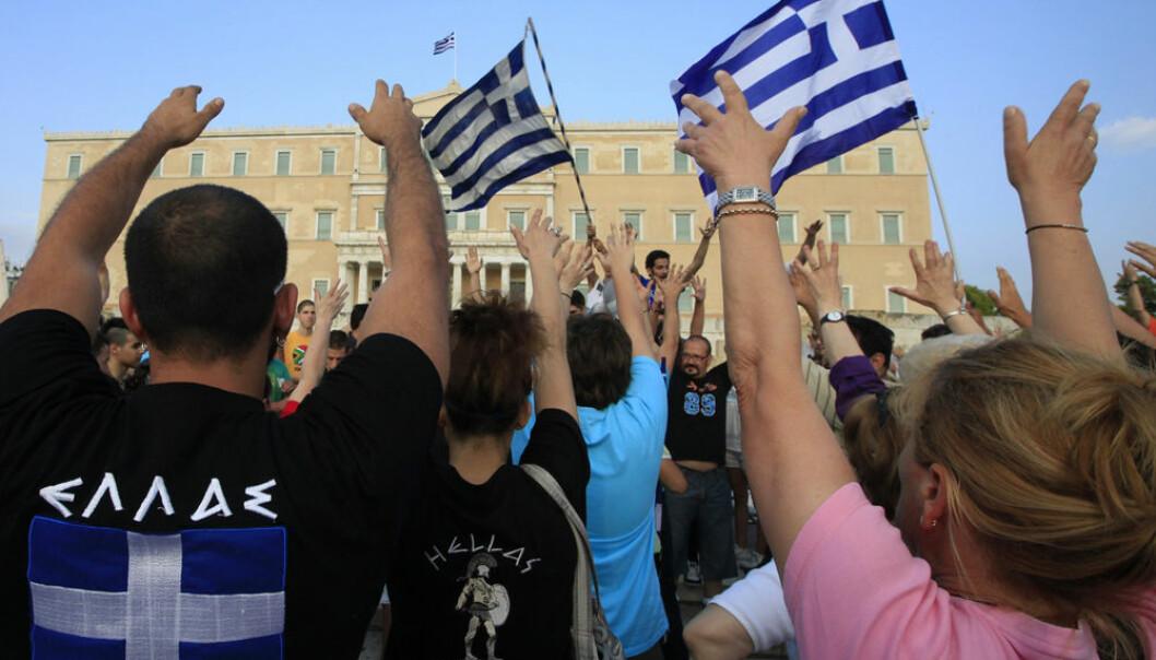 Grekere protesterer mot innsparingstiltakene foran parlamentet i Aten, 13. juni 2011. Samme måned økte antallet selvmord i Hellas markant, viser en ny studie. (Foto: Reuters)