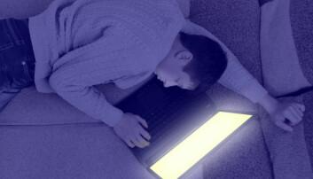 Det kan være en selvforsterkende sirkel: Ungdommene tyr til skjermene som et søvndyssende middel når de ligger søvnløse, men skjermene gjør dem enda mer søvnløse. (Illustrasjonsfoto: www.colourbox.no/forskning.no)
