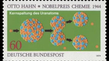 Oppdaginga av fisjon, slik den vart hylla på eit tysk frimerke.