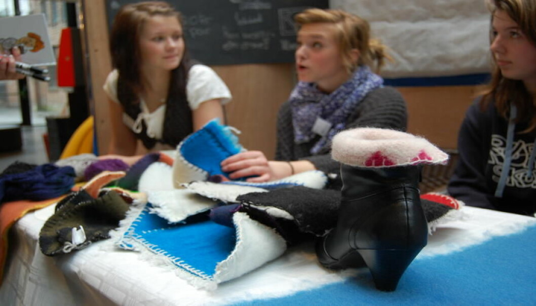 Årlig etableres en rekke elevbedrifter og de konkurrerer fylkesvis om å ha de beste ideene og prosjektene. Her er prosjektet Warm Shoes Loving fra Trøndelag i 2012. (Foto: Ungt Entreprenørskap)