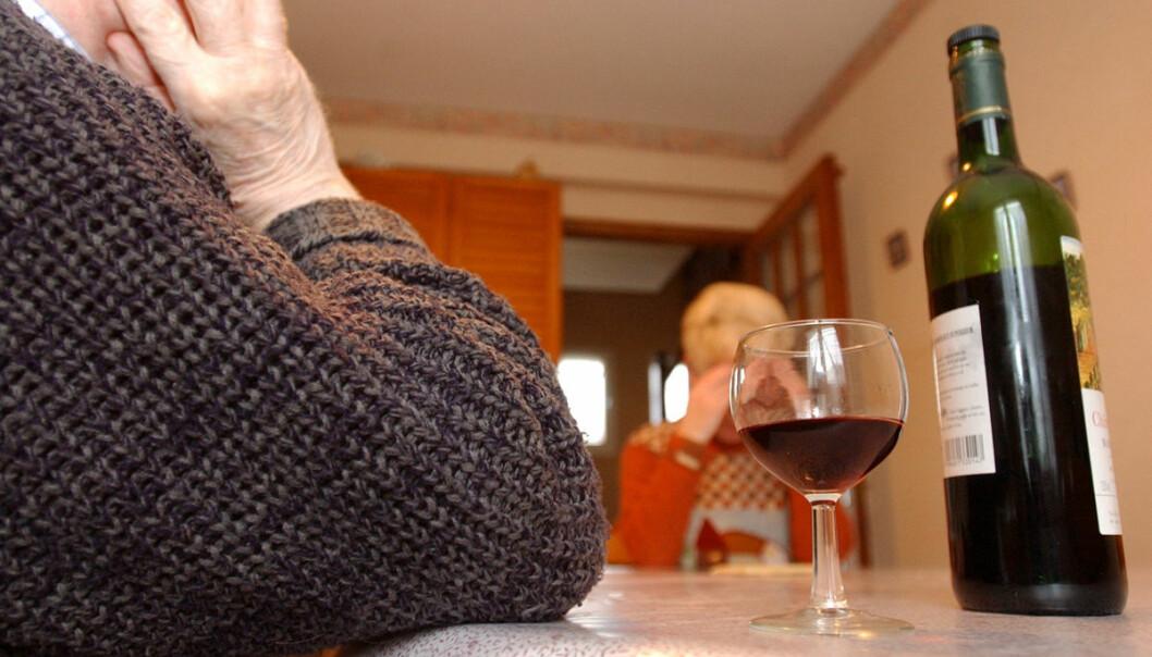Svenska tvillingregistret har fulgt eldre gjennom mange år. Det viser at eldre som drikker mye, øker risikoen for slag, og kan få slag tidligere i alderdommen. (Illustrasjonsfoto: www.colourbox.no)