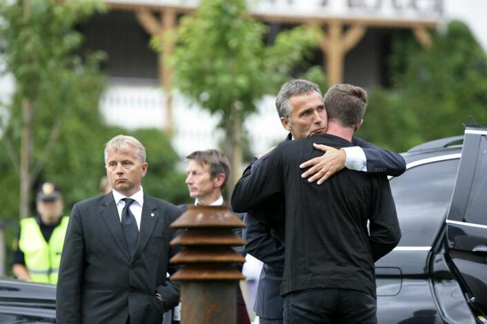 23. juli 2011: Statsminister Jens Stoltenberg og daværende AUF-leder Eskil Pedersen ved Sundvolden Hotel, der overlevende etter terrorangrepet på AUFs sommerleir på Utøya var innlosjert.  (Foto: Trond Reidar Teigen / SCANPIX)