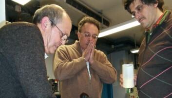 Forskerne (fra venstre): D. Delattre, C. Ferrero, V. Mocella plasserer den brente rullen for undersøkelser, i et spenningsfullt øyeblikk. (Foto: J. Delattre)
