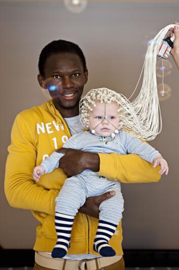 EEG er en smertefri teknikk for babyen som testes, og den sender heller ikke ut signaler. I stedet registreres informasjon om aktiviteten i hjernen. Her er stipendiat Seth B. Agyei ved Psykologisk institutt, NTNU.  (Foto: Psykologisk institutt, NTNU)
