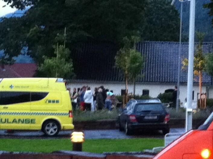 Et uskarpt bilde tatt på avstand til de overlevende fra Utøya som kommer til Sundvolden Hotel ettermiddagen 22. juli. Hit kommer også krisepersonell, pårørende og politikere. (Foto: Wenche Schønberg/Scanpix)