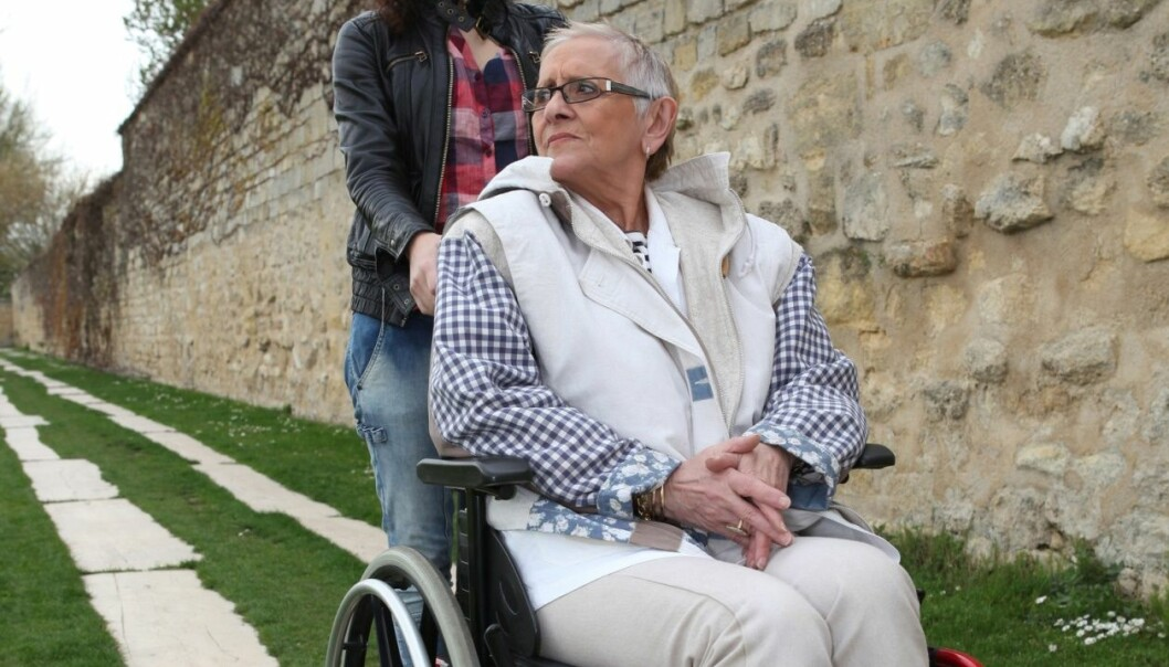 Ifølge en ny NOVA-rapport er assistentene garantister for frigjøring og uavhengighet for mange mennesker med nedsatt funksjonsevne. Samtidig forventes det at assistentene skal være usynlige, og helst ufaglærte. (Foto: Microstock)