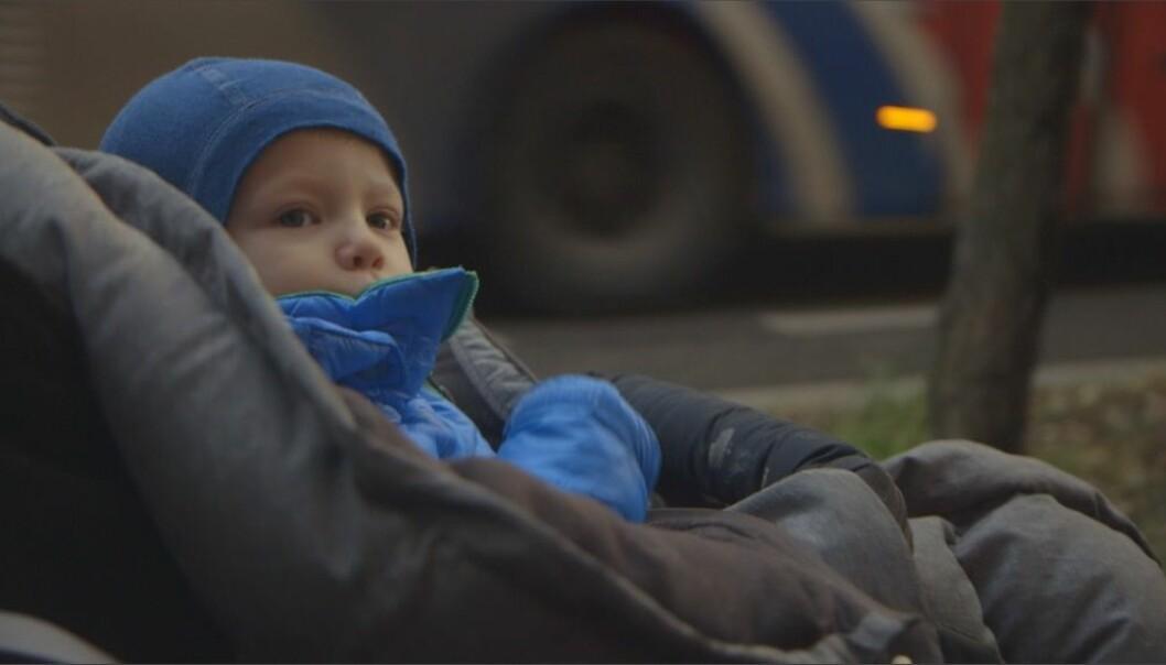 Barn puster raskere enn voksne, og de befinner seg nærmere bakken der luften er mer forurenset.  Også barnet i magen kan påvirkes av luftforurensning. (Foto: Ole Andreas Grøntvedt / NRK)