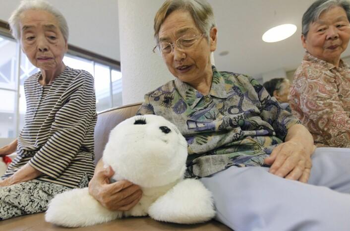 Robotselen Paro har gitt gode resultater blant både barn og eldre på sykehus i Japan, og selen er nylig tatt i bruk i eldreomsorgen i Drammen.  (Foto: Scanpix, Kim Kyung-Hoon)