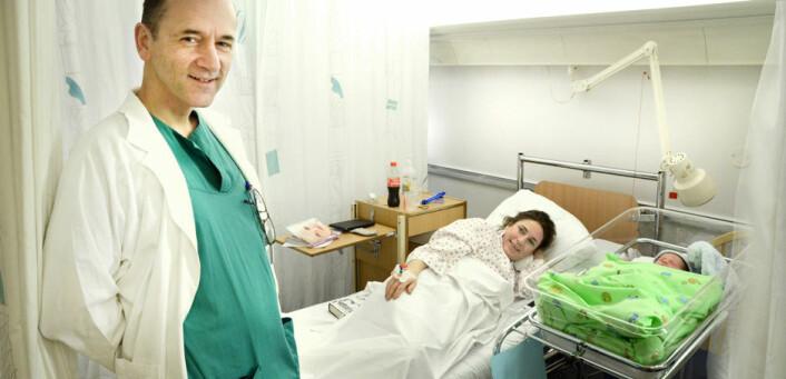 Fødende kvinner bør få tilbud om smertelindring, mener Leiv Arne Rosseland ved Oslo universitetssykehus. Sammen med nybakt mor Ane ønsker han lille Jacques velkommen til verden.  (Foto: Ram Gupta, Oslo universitetssykehus)