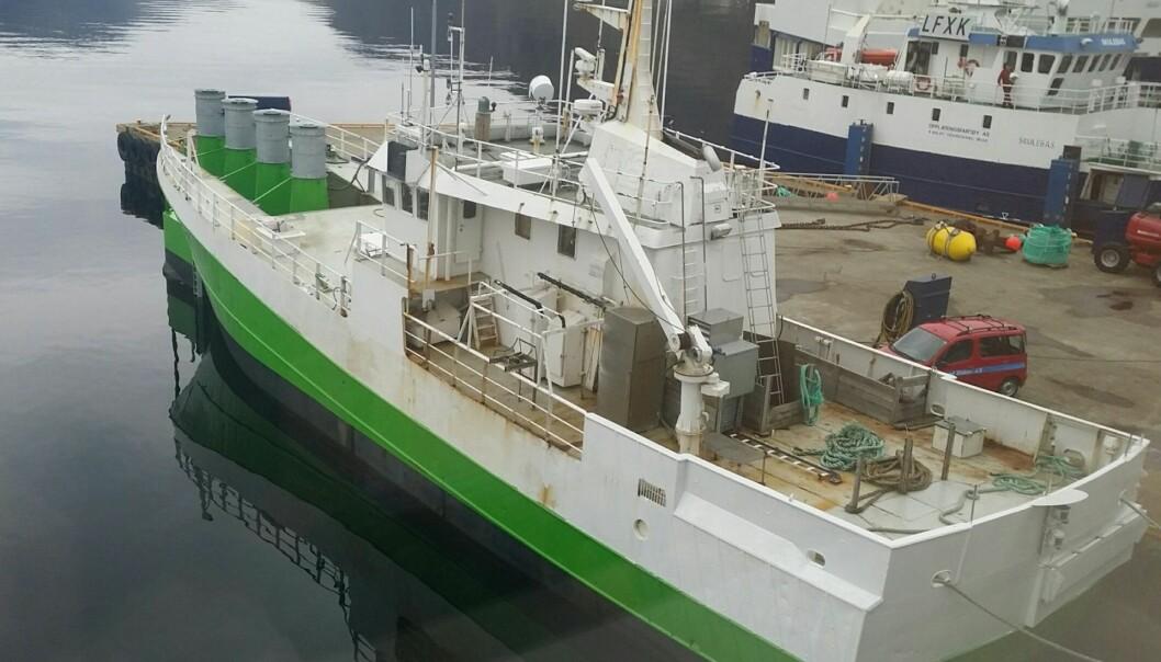 Slik ser den ut, fiskebåten som i dag er blitt til et lite kraftverk. Nå ligger den ankret opp utenfor Stadt og produserer strøm. Kraften produseres når bølgene treffer de fire kamrene i baugen. (Foto: Havkraft AS)