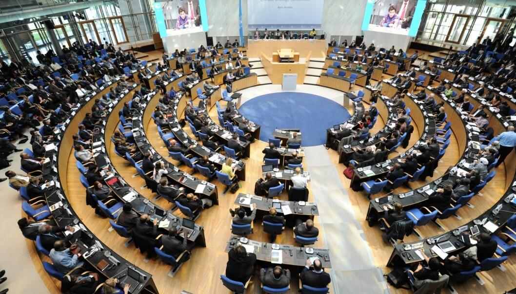 Globale ideelle organisasjoner kunne ha fungert som en representasjonskanal for verdens fattige i internasjonale fora hvor rike, industrialiserte land dominerer. – Det gjør de ikke. I stedet har vi en situasjon med dobbelt demokratisk underskudd, sier statsviter Andreas Nordang Uhre ved IRIS Samfunn. Bildet er tatt under klimakonferansen i Bonn i mars 2014.  (Foto: FN/Flickr)
