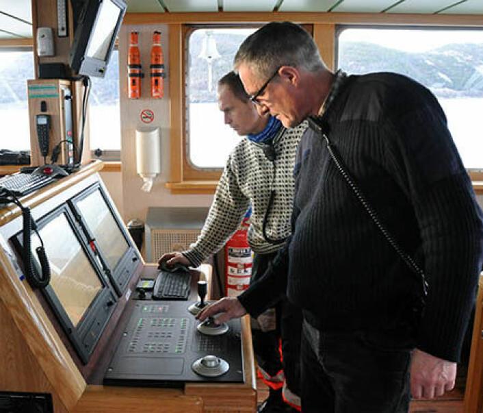 """Kaptein Arve Knudsen og driftsleder Svenn Ove Linde om bord på FF """"Gunnerus"""" bruker dynamisk posisjonering (DP) til å holde fartøyet stabilt under undervannsoperasjonene. (Foto: NGU)"""