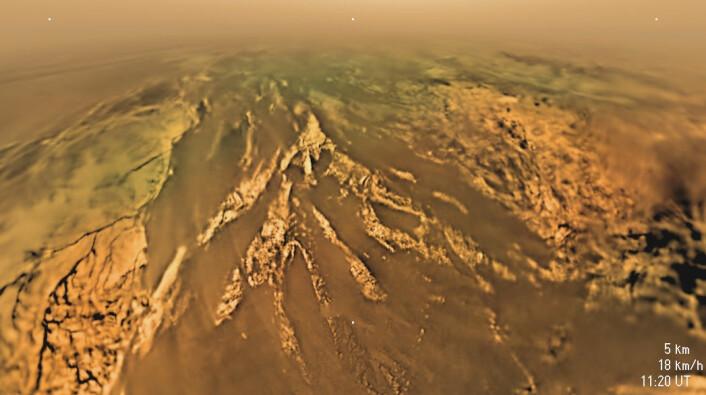 Fjell og elveleier på Titan sett av romsonden Huygens i 5 kilometers høyde. (Foto: ESA/NASA/JPL/University of Arizona)