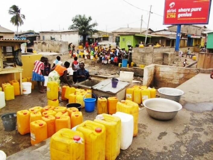 Å stå i kø for å hente vann i kanner er dagligdags for mange i Ghana. (Foto: CSIR)