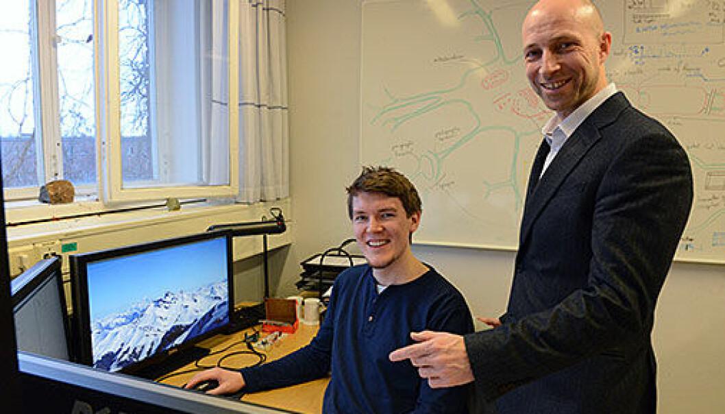 Professor Anders Malthe-Sørenssen (til høyre) får en halv million kroner av Olav Thon for å ha modernisert fysikkundervisningen, her med doktorgradsstudent Svenn-Arne Dragly.  (Foto: Hilde Lynnebakken/UiO)