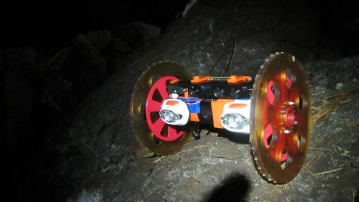 Volcanobot 1 på jobb nede i sprekken. (Foto: NASA/JPL-Caltech)