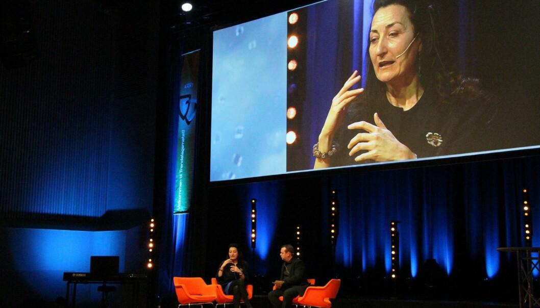 May-Britt Moser intervjues av kommunikasjonssjef Jørn Arve Flått i Sør-Trøndelag fylkeskommune under Trøndelagsmøtet tidligere denne uka. (Foto: Liv Ragnhild Holdhus Sjursen, NTNU)