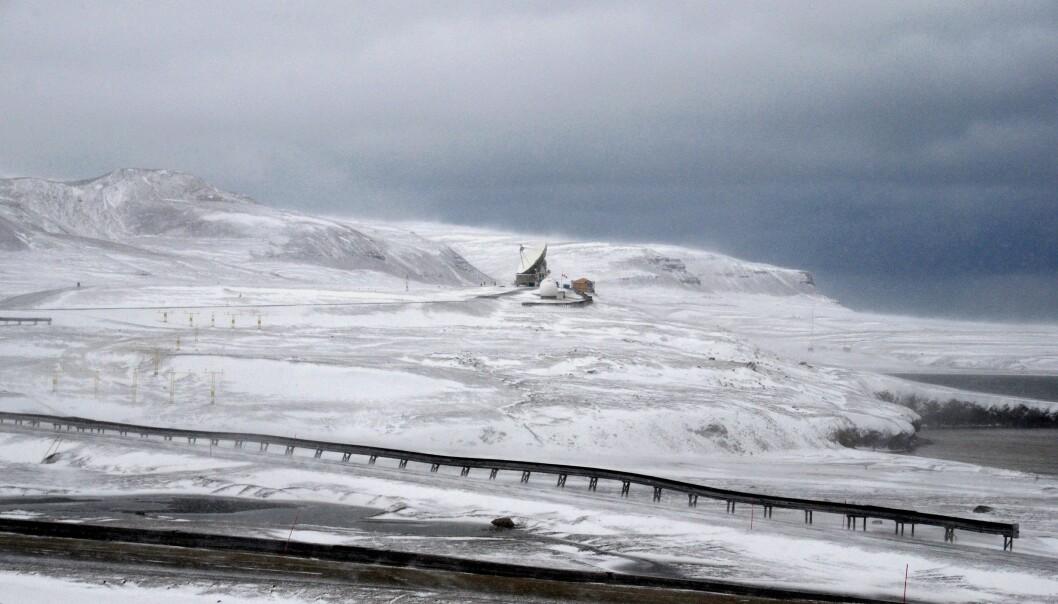 I barske forhold bygges kartverkets nye geodetiske jordobservatorium. Den skal ligge til høyre for den eksisterende stasjonen. (Foto: Helge M. Markusson, Framsenteret)