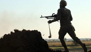 Verden er inne i en mer urolig periode nå, mener fredsforskere. Krigen i Irak og Syria har høye dødstall og er mye av forklaringen på at verden i 2014 ble mer urolig. Her kjemper irakiske styrker mot ISIS. (Foto: AA, Abaca/Scanpix)