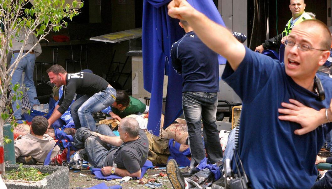 Sårede israelske sivile får førstehjelp etter et selvmordsangrep på Tel Avivs gamle busstasjon den 17. april 2001. (Foto: STR/REUTERS)