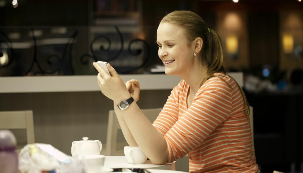 Det er best å holde seg nær mobilen dersom du vil unngå engstelse og manglende konsentrasjon, foreslår forskere. (Illustrasjonsfoto: Colourbox)