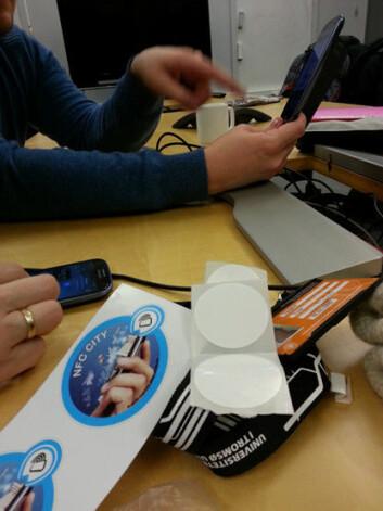 Bilde fra et møte hvor studentene som testet ut prosjektets tjenester lærte å programmere sine egne tagger.  (Foto: Telenor)