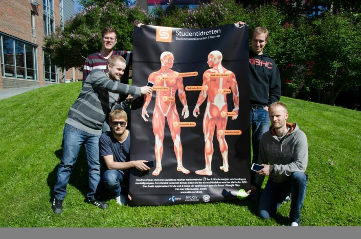 Studenter ved Institutt for informatikk ved UiT var med å utvikle treningsguiden som ble testet i prosjektet. Fra venstre ser du Aleksander Svendsen, Simon Nistad, Jan-Ove Karlberg, Martin Ernstsen og Erik Krane Langhaug.  (Foto: Universitetet i Tromsø)