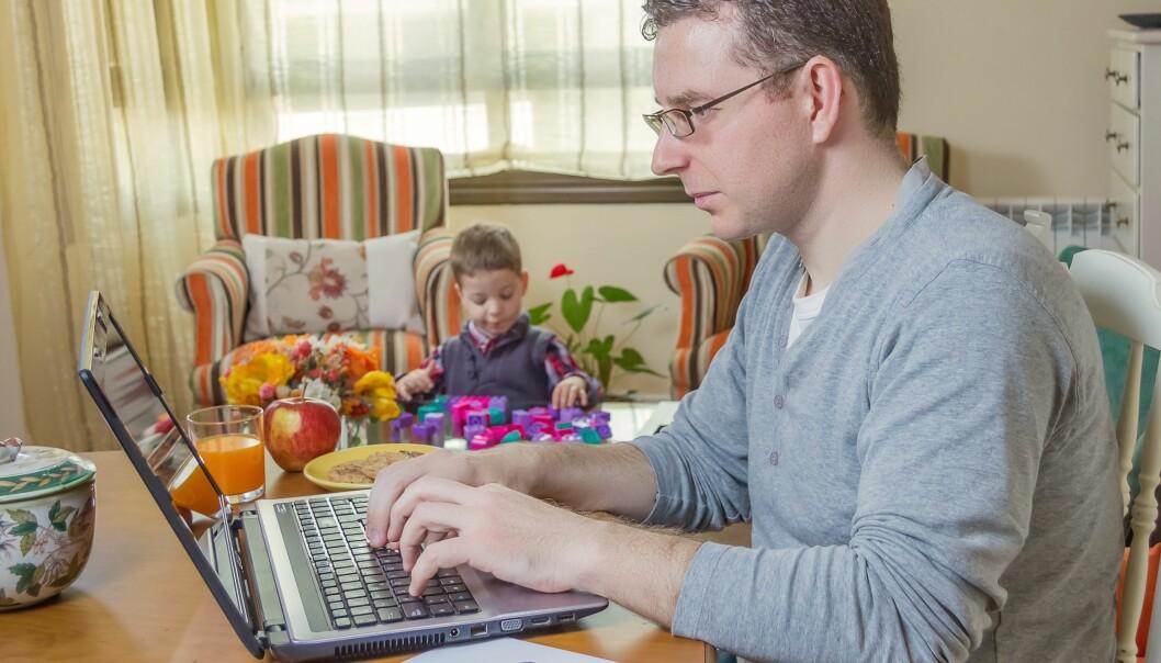 Det å jobbe hjemme kan gjøre at du ser mer til familien, men det er ikke sikkert at du får mer tid med den. (Foto: Colourbox)