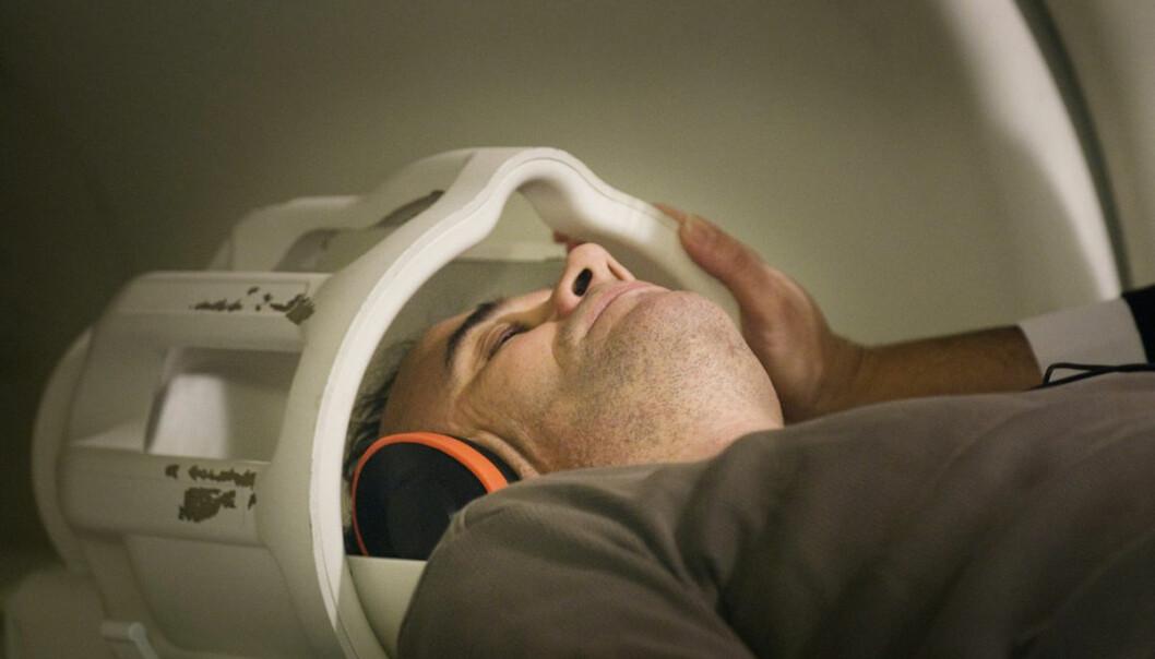 Hjerneskanning kan forutsi virkningen av medisinske behandlinger, eller løpebanen til en kriminell, skriver amerikanske forskere i det anerkjente tidsskriftet Neuron. Norske forskere mener resultatene er oversolgt. Her undersøkes en pasient med autisme i en fMRI-skanner ved Pasteur-instituttet i Paris. (Foto: Science Photo Library)