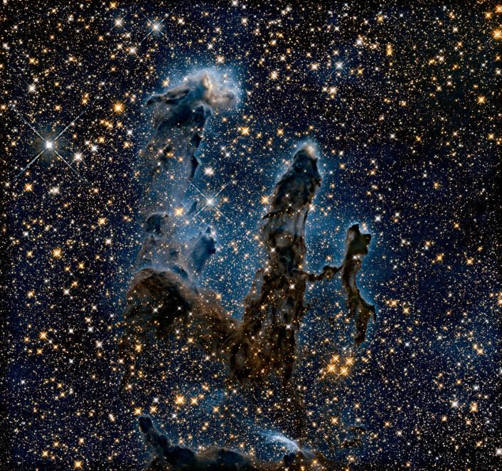 Det nye bildet, sett i infrarødt lys. Her kunne forskerne se at tårntoppene består av tette ansamlinger med gass og støv.  (Foto: NASA, ESA/Hubble and the Hubble Heritage Team)