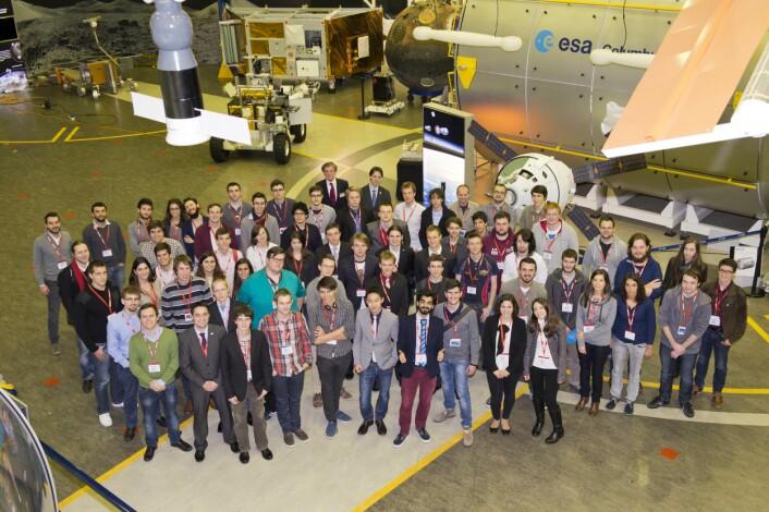 Studentene som besøkte ESTEC i desember 2014 og som hadde søkt om å få fly eksperimentene sine på forskningsballong eller sonderakett i REXUS/BEXUS-programmet. Foto: ESA  (Foto: ESA)