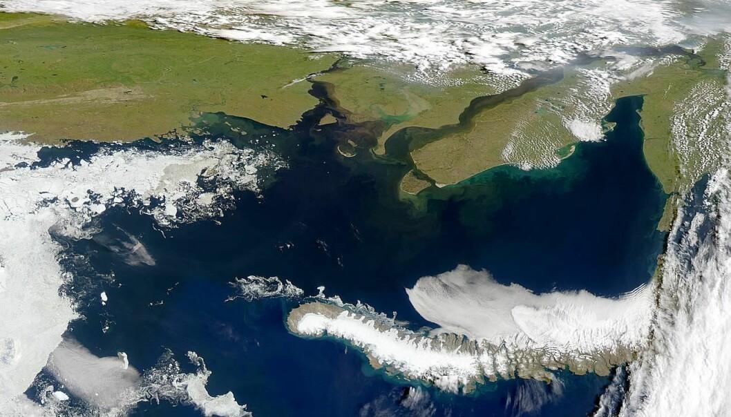 Karahavet er en del av Polhavet mellom Novaja Zemlja og Jamalhalvøya på det sibirske fastlandet. Sibirsk permafrost strekker seg til havbunnen i Karahavet, og det tiner. (Foto: NASA)