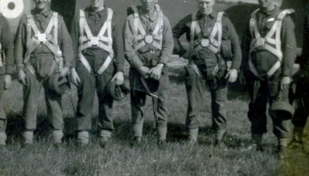 Fallskjermtrening i 1940. Wallis Jackson er nummer to fra høyre. (Foto: UiS)